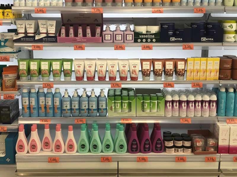 Lineal de productos para el cuidado de los pies en un supermercado de Mercadona
