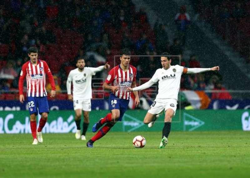 Jugadores del Valencia CF y del Atlético de Madrid en el campo. EPDA