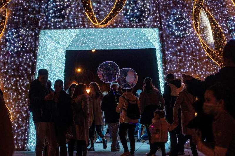 Numerosas personas observan el alumbrado de Navidad de la calle Larios, en Málaga. EFE/Daniel Pérez/Archivo