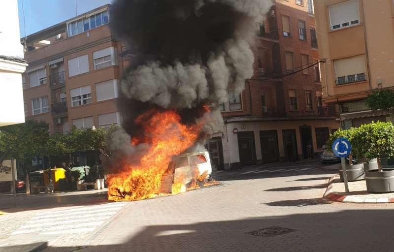 Momento del incendio en la furgoneta. EPDA