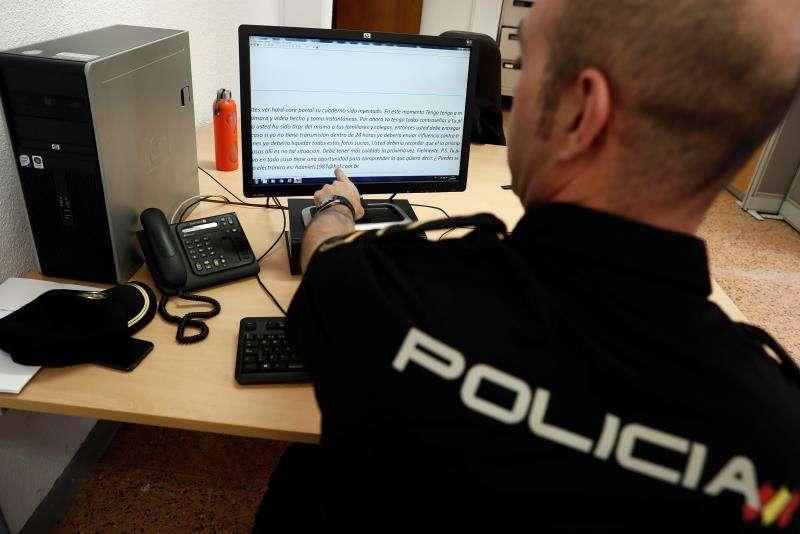 Una agente de la Policía Nacional en una operación policial. EFE/Archivo