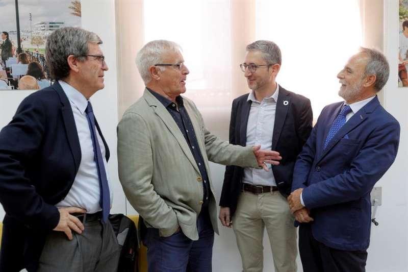Joan Ribó (2º i), el conseller Arcadi España (2º d), el presidente de Puertos del Estado, Salvador Encina (d), y el presidente de la Autoridad Portuaria, Aurelio Martínez. EFE/Kai Försterling