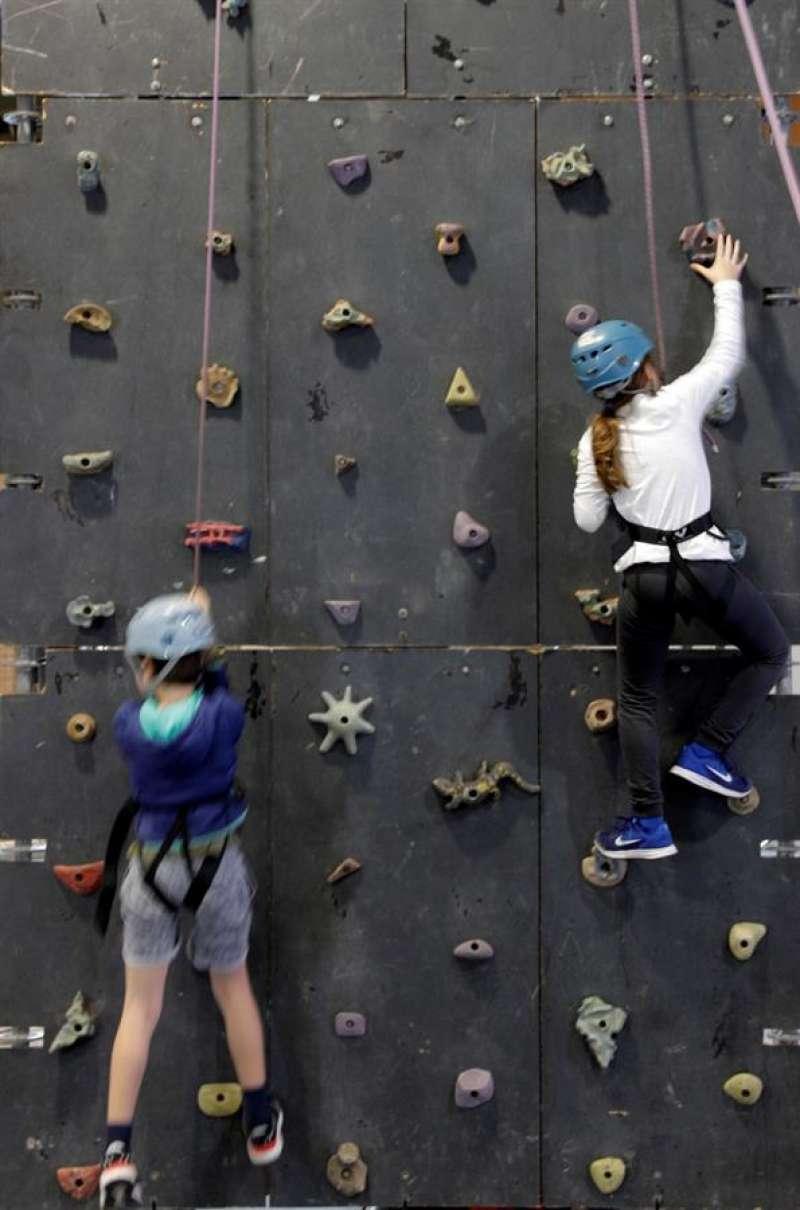 Dos niños escalan una pared durante una edición anterior de Expojove. EFE