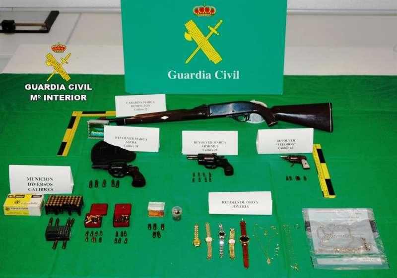 Imagen cedida por la Guardia Civil de parte del material incautado. EFE