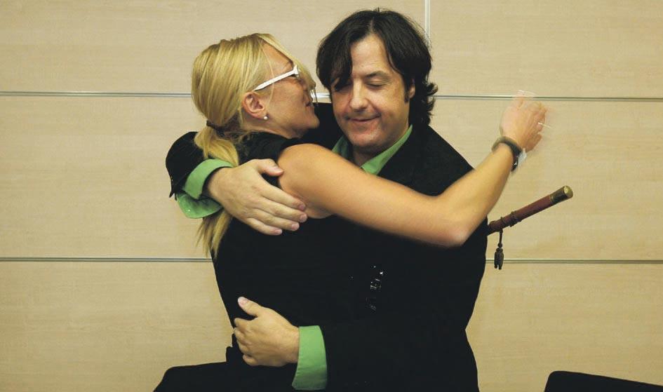 Los dos tránsfuga Nati García y Nacho Lluch se abrazan. FOTO JOSÉ MARÍN