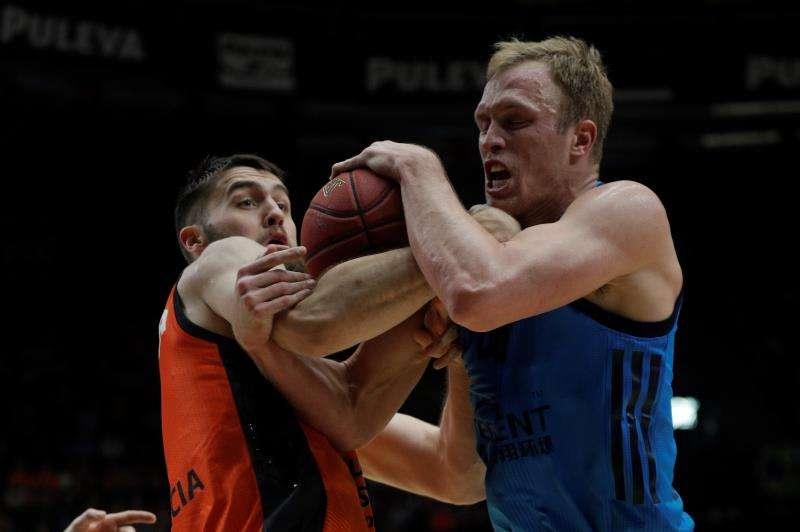 El pívot del Valencia Basket, Mike Tobey, pelea por el balón con el ala-pívot del Alba Berlín, Luke Sikma,. EFE
