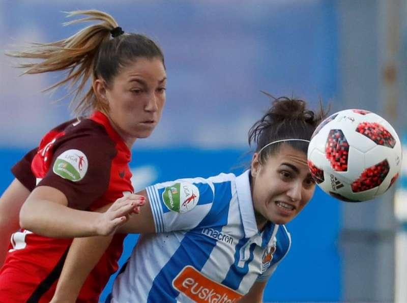 La argentina Aldana Cometti (i) con la camiseta del Sevilla, durante un partido. EFE/Archivo