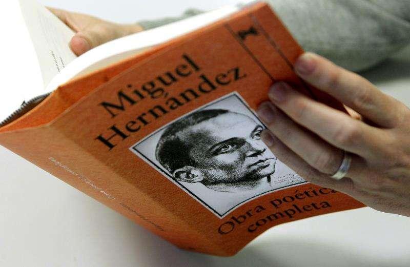 Edición de la obra poética del escritor de Orihuela Miguel Hernández. EFE/Archivo