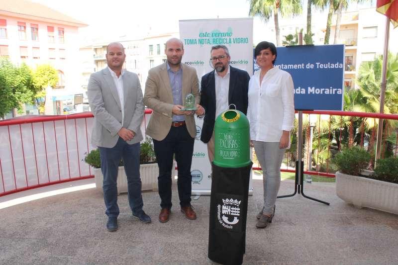 Momento de la recogida del galardón por parte del alcalde de Teulada, Carlos Linares