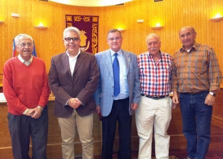 El alcalde de Moncada junto con representantes de asociaciones del Mayor en el acto de presentación de las Jornadas Culturales.
