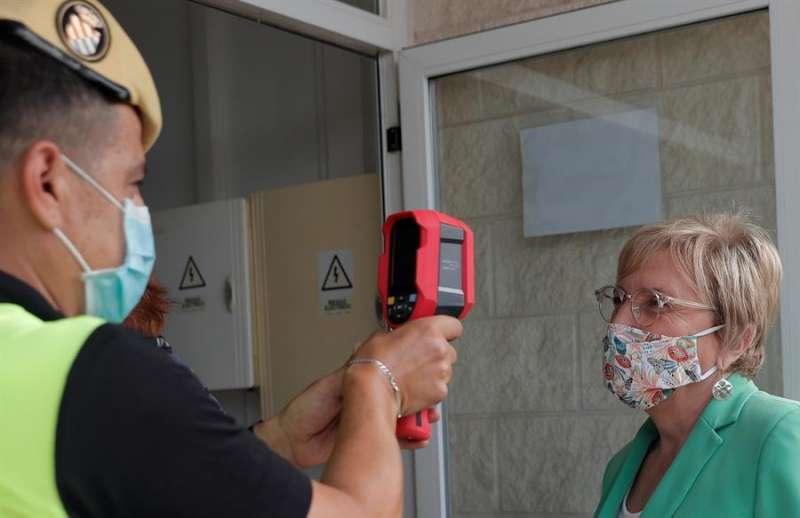 Un militar toma la temperatura a la consellera de Sanidad, Ana Barceló. EFE