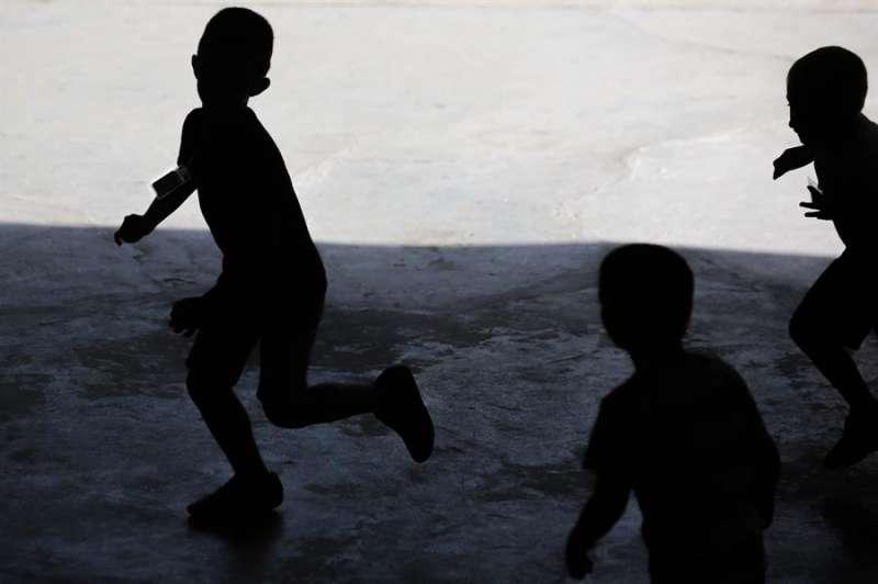 Varios alumnos de infantil corren en el patio del colegio. EFE