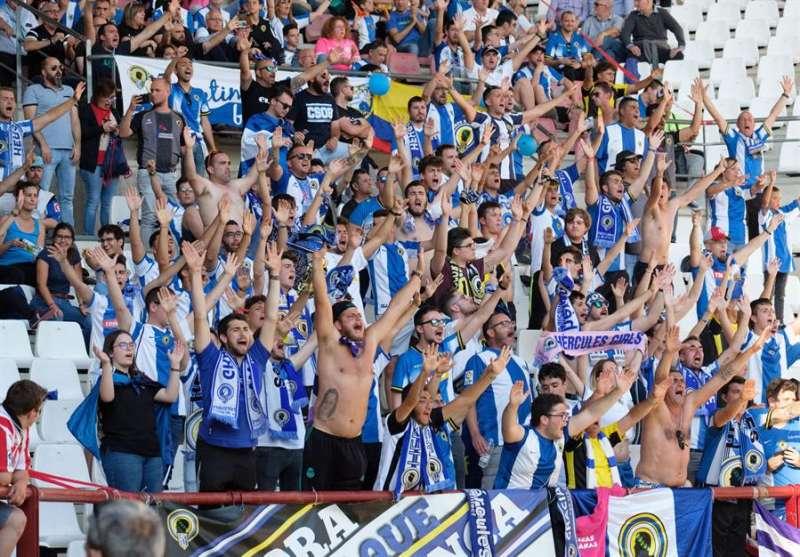 Aficionados del Hércules animan a su equipo. EFE/Archivo