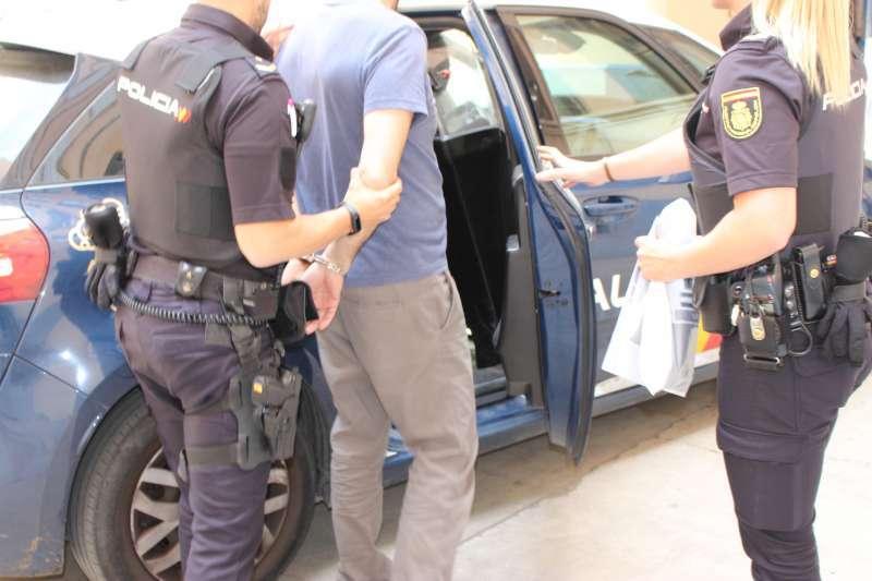 Imagen recurso de la Policia Nacional deteniendo a un hombre. -EPDA