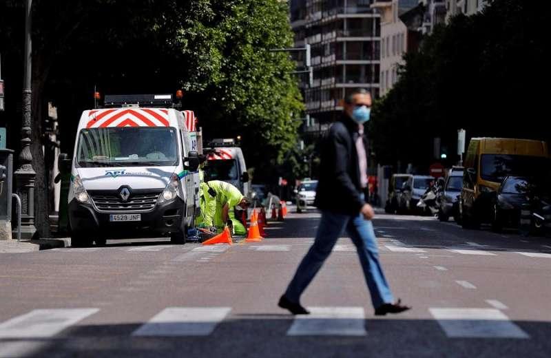 Un ciudadano cruzando un paso de peatones de la calle Colón. EFE