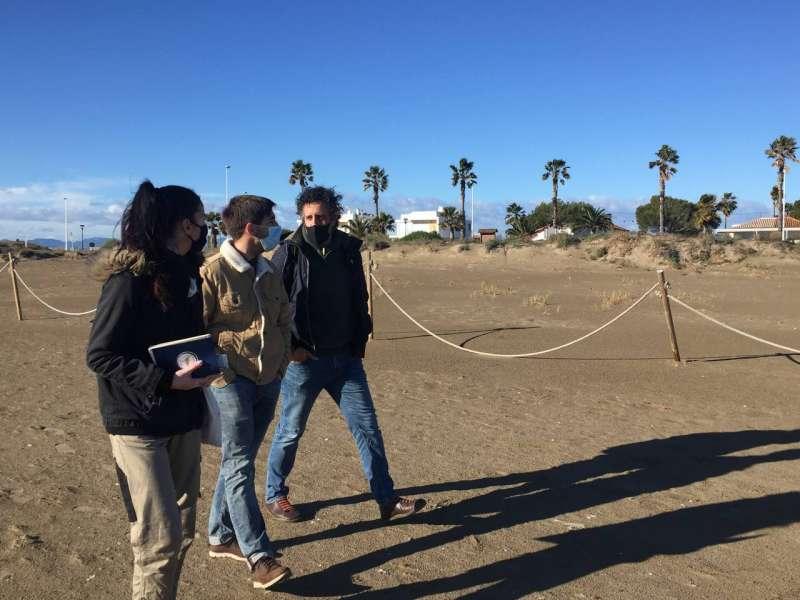 Fernando Navarro visita la playa