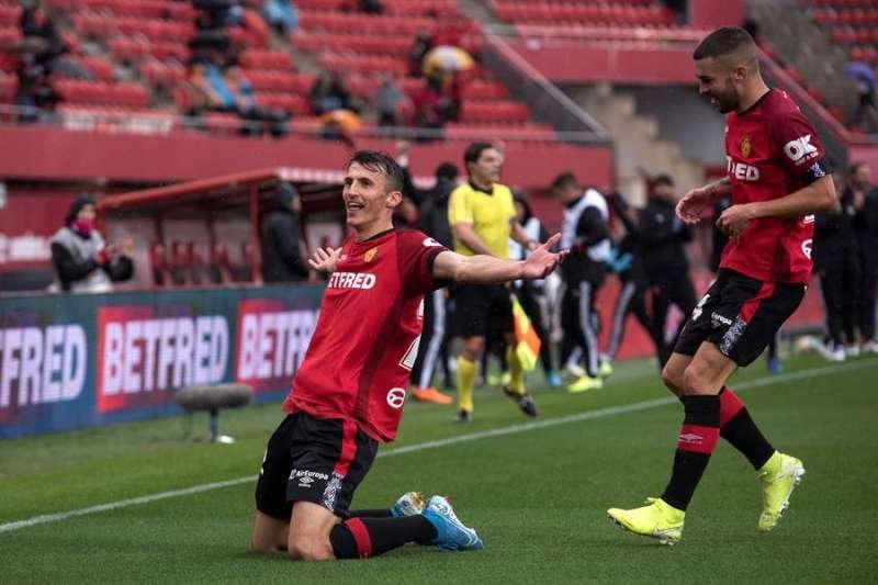 El delantero croata del Mallorca Ante Budimir (i) celebra junto a su compañero Daniel Rodríguez un gol ante el Valencia. EFE