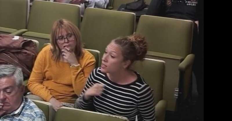 Dos de las representantes de las familias en el pleno de Puçol. EPDA