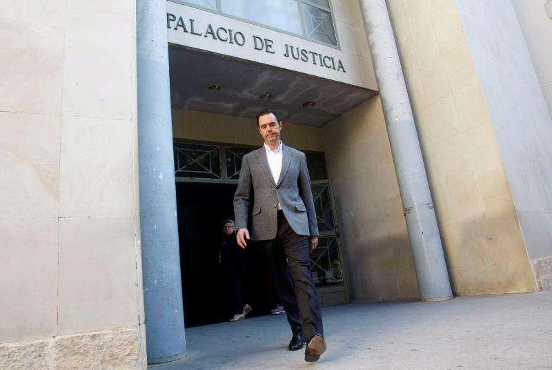 Miguel López, el único acusado del asesinato de su suegra María del Carmen Martínez, viuda del expresidente de la CAM Vicente Sala, a su salida de los juzgados. EFE/Archivo