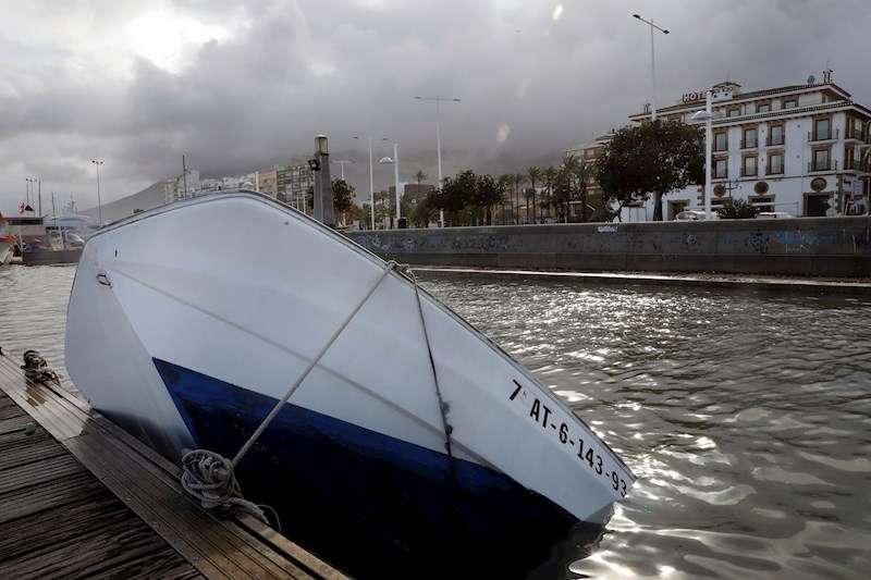 Una barca hundida en el puerto deportivo de Denia tras el paso de la borrasca Gloria. EFE/Juan Carlos Cárdenas