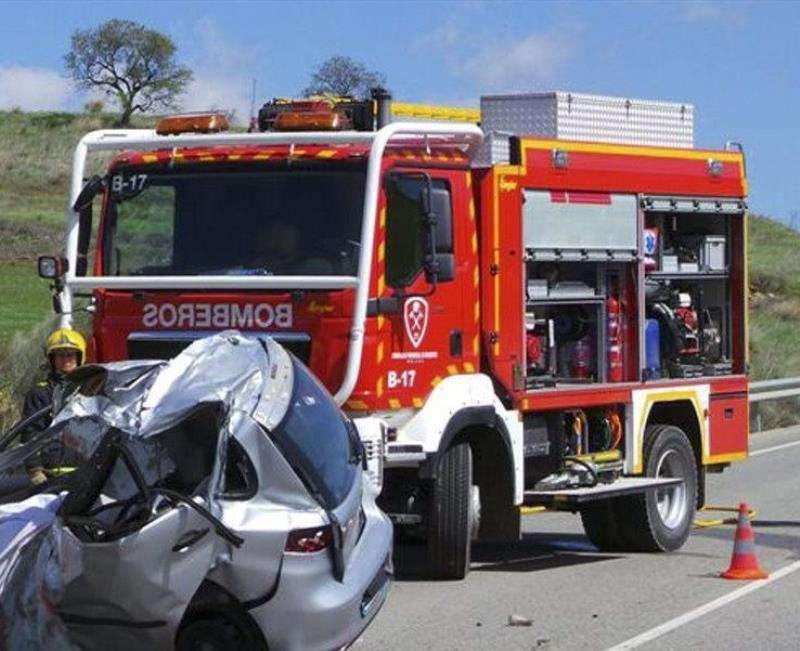 Fotografía facilitada por los bomberos de un accidente de tráfico con atrapados. EFE/Archivo