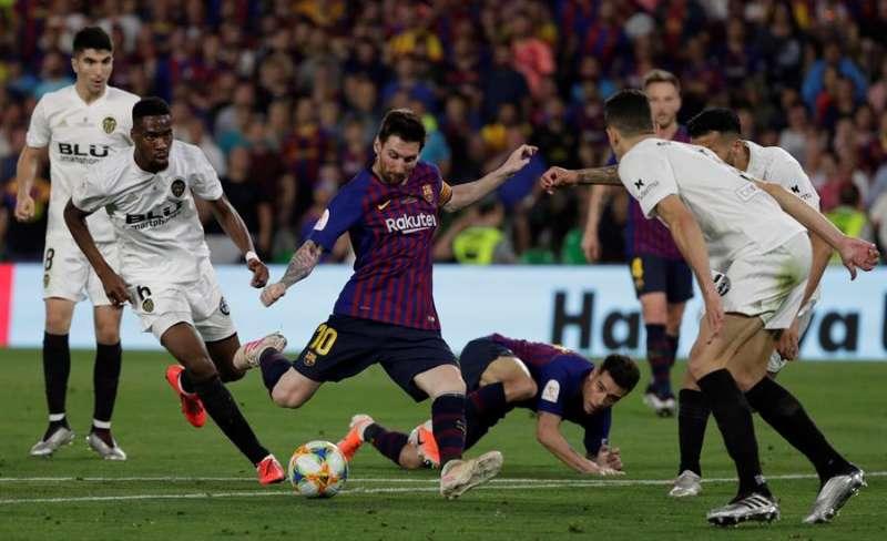 Leo Messi se dispone a chutar ante el Valencia CF, en un partido anterio. EFE/Julio Muñoz/Archivo