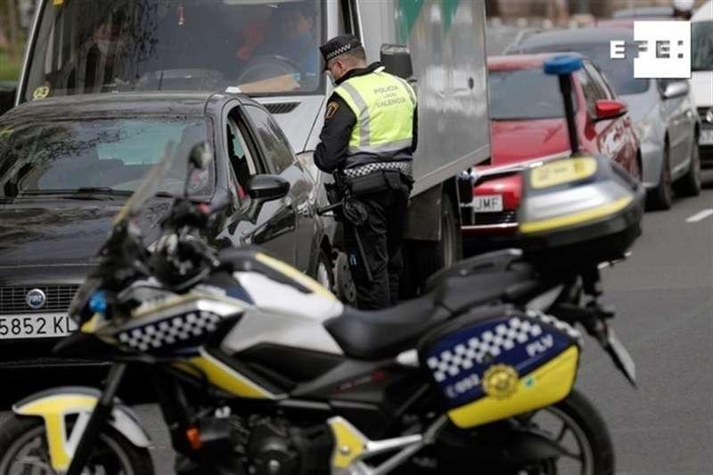 Un control de la policía en València. EFE