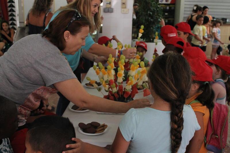 Los niños de l'Estiu Lúdic visitan los mercados de Alfafar