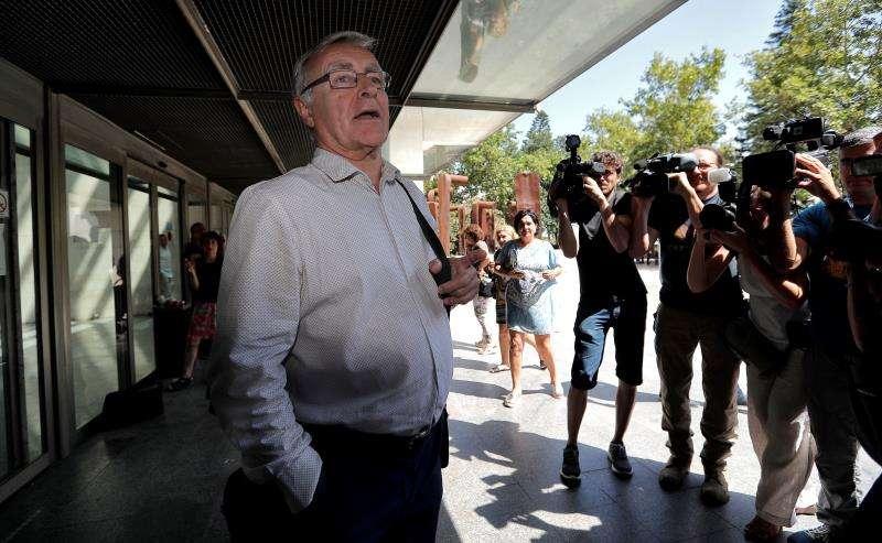 El alcalde de València, Joan Ribó, a su salida de la Ciudad de la Justicia cuando declaró como investigado supuestamente por haber negado al PP la encuesta sociológica de Fallas. EFE/Archivo