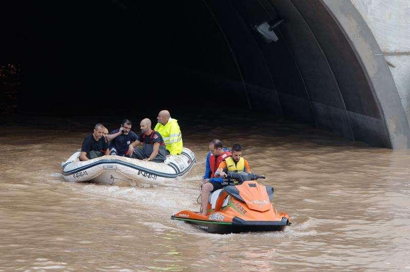 El túnel de la AP-7 a la altura de Pilar de la Horadada, donde han quedado varios vehículos atrapados con sus conductores que han sido rescatados con barcas y motos acuáticas de la Guardia Civil y Bomberos. EFE/Morell
