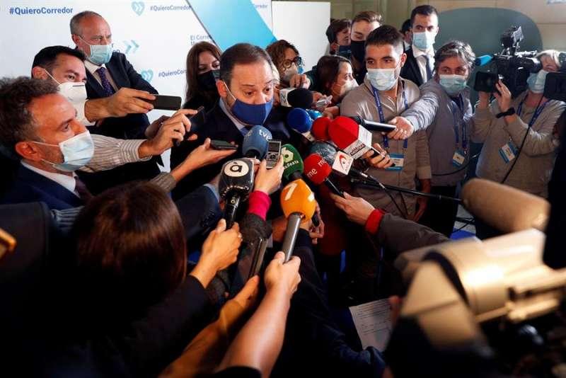El ministro de Transportes, José Luis Ábalos, atiende a los numerosos medios de comunicación