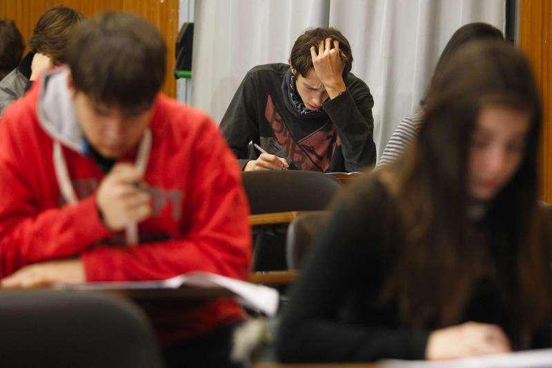 En la imagen, estudiantes de un instituto en un examen. EFE/Archivo