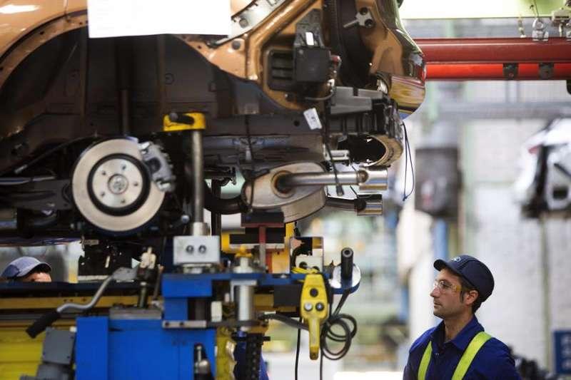 Imagen de archivo de un trabajador en la cadena de montaje de la factoría de Ford en Almussafes. EFE/Biel Aliño