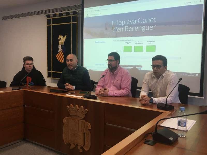 El alcalde y el concejal de Turismo con el técnico de innovación en la presentación de las dos nuevas herramientas. EPDA
