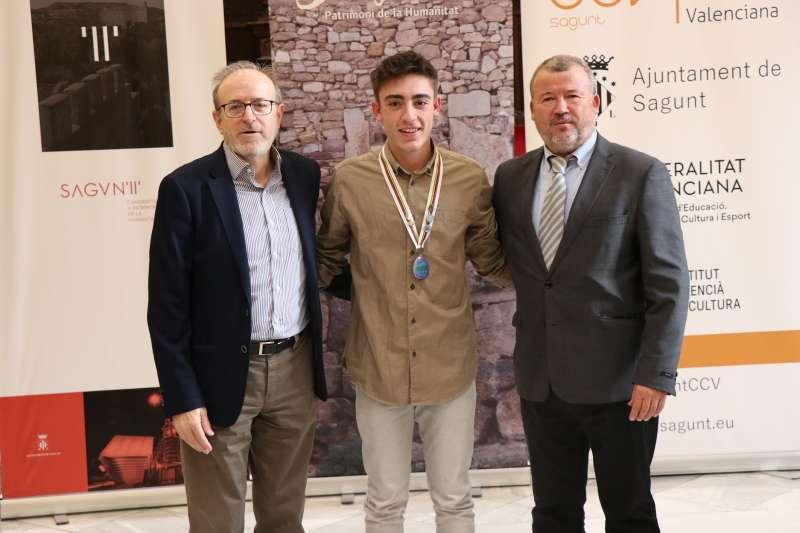 El alcalde y el concejal de Deportes con el deportista. EPDA