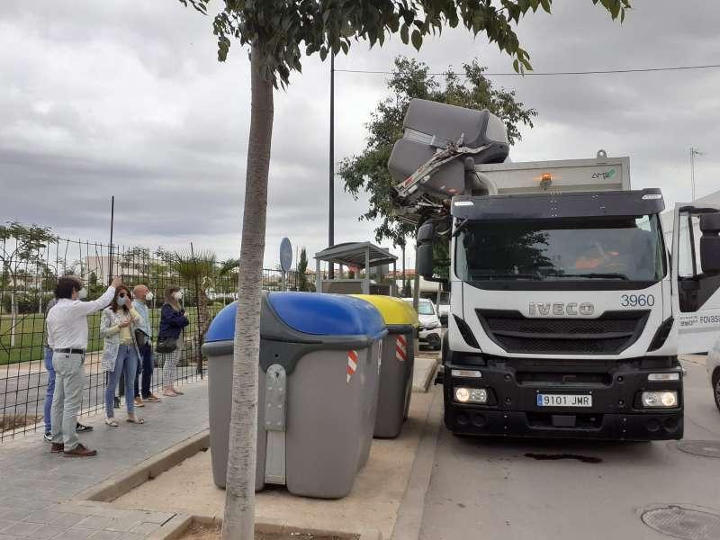 Camión recogiendo la basura en Albal.