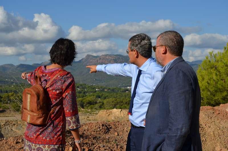 El secretario autonómico con la diputada autonómica y el alcalde de Sagunt en la montaña de Romeu. EPDA
