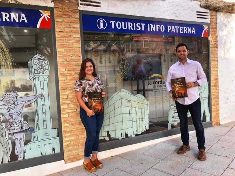 Sagredo muestra el libro de la Cordà de Paterna. EPDA