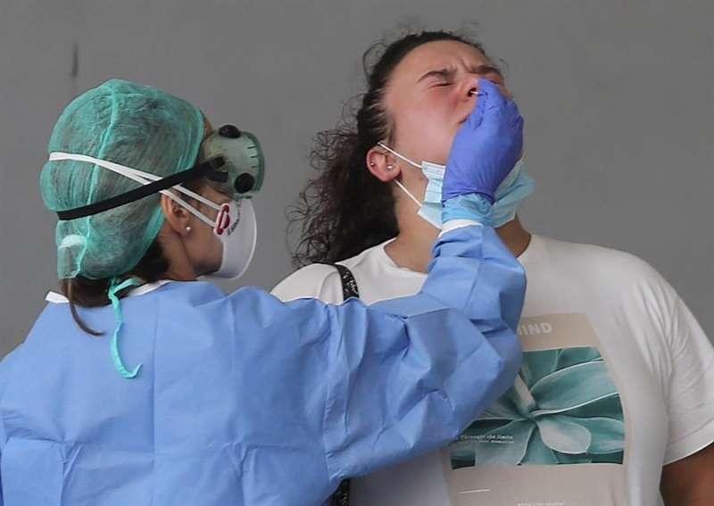 Un sanitario realiza la prueba pcr a un paciente. EPDA