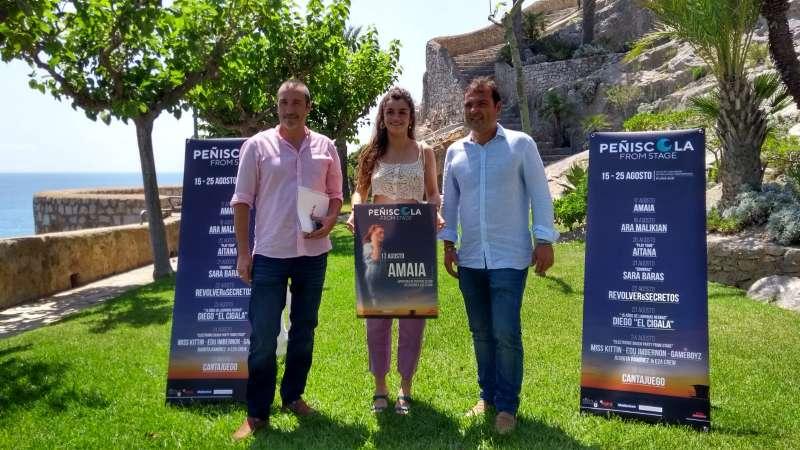 La cantante Amaia en la presentación del Festival Peñíscola From Stage junto con el director y el acalde del municipio.