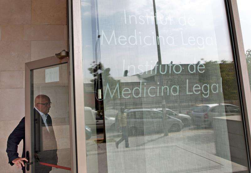 Un hombre entra en el Instituto de Medicina Legal de València. EFE/Archivo