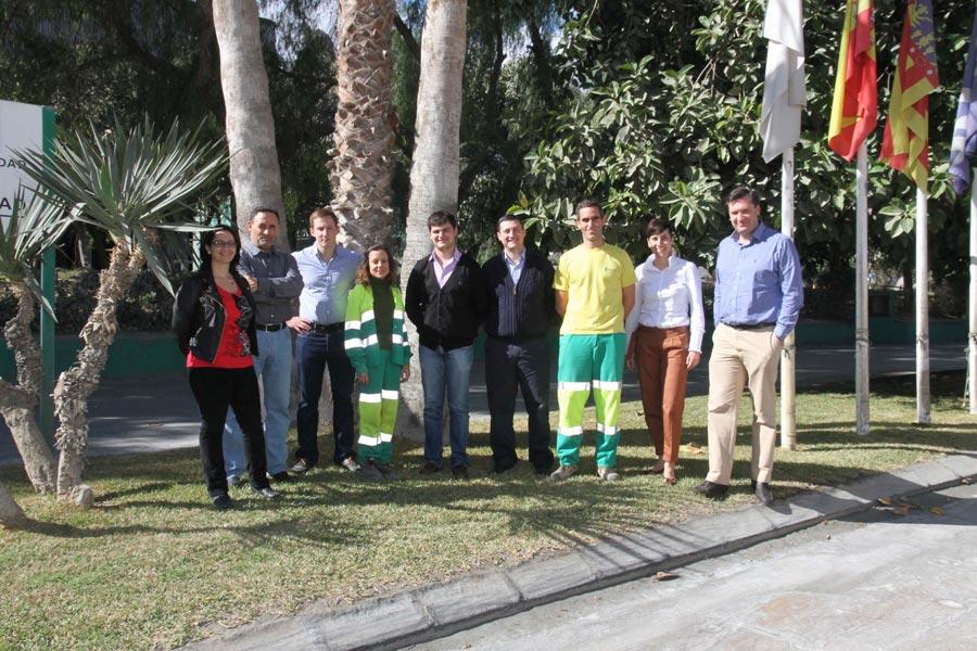 Los ucranianos junto al director de Lafarge Sagunto, Miguel Ángel Urbano. FOTO EPDA