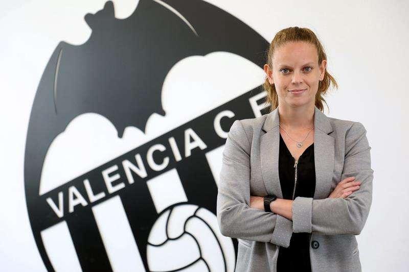 Irene Ferreras posa junto a un escudo del Valencia, en una imagen facilitada por el club valencianista. EFE