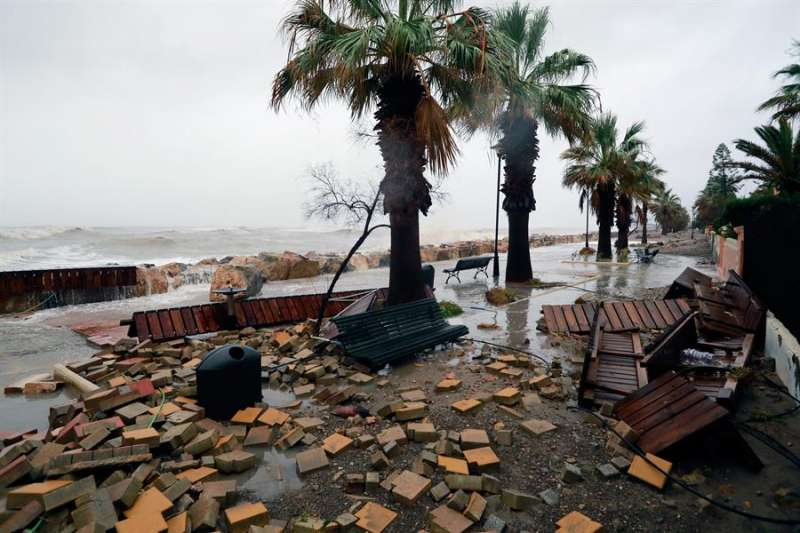 Imagen del paseo marítimo de Almenara (Castellón), la semana pasada, con graves desperfectos y completamente inundado por la borrasca Gloria. EFE/Domenech Castelló