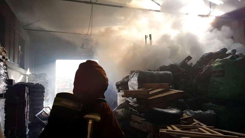 Interior de la nave quemada en Albal. EPDA