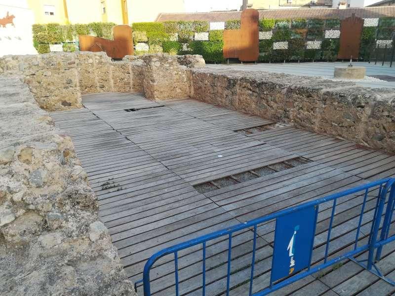 Roturas en el piso de las ruinas arqueológicas