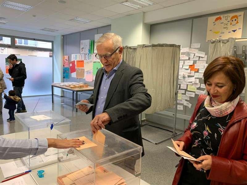 El alcalde de València, Joan Ribó, ejerce su derecho al voto. EFE/Lydia FerrandoEl alcalde de València, Joan Ribó, ejerce su derecho al voto. EFE/Lydia Ferrando