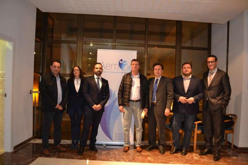 Representantes de la asociación junto al alcalde. FOTO EPDA