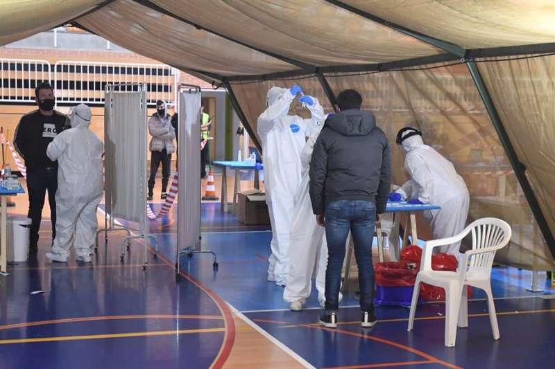 Vecinos de San Andrés del Rabanedo (León) se sometíeron a pruebas test masivos de antígenos el pasado mes de noviembre. EFE/J.Casares/Archivo