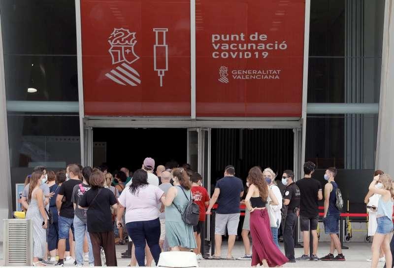 Largas colas en el punto de vacunación de la Ciudad de las Artes y las Ciencias de Valencia.Imagen del 7 de septiembre.